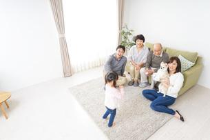 3世代の幸せなファミリーの写真素材 [FYI04704420]