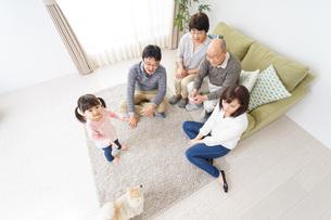 3世代の幸せなファミリーの写真素材 [FYI04704423]