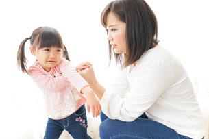 子どもをしつけするお母さんの写真素材 [FYI04704489]