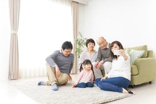 家族全員で写真を撮るファミリーの写真素材 [FYI04704493]