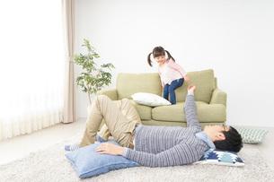 子育てをするイクメンパパの写真素材 [FYI04704517]