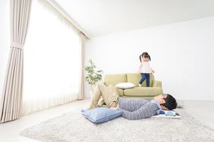 子育てをするイクメンパパの写真素材 [FYI04704527]
