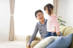 子育てをするイクメンパパの写真素材 [FYI04704532]