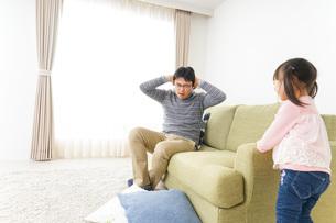 子育てのストレスを感じるお父さんの写真素材 [FYI04704533]