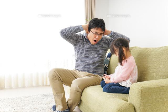 子育てのストレスを感じるお父さんの写真素材 [FYI04704540]