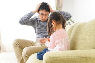 子育てのストレスを感じるお父さんの写真素材 [FYI04704543]