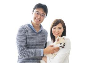 犬を抱く夫婦・カップル・ブリーダー・動物愛護の写真素材 [FYI04704578]