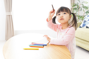 お絵かきをする子ども・教育イメージの写真素材 [FYI04704624]