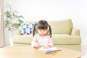 お絵かきをする子ども・教育イメージの写真素材 [FYI04704628]