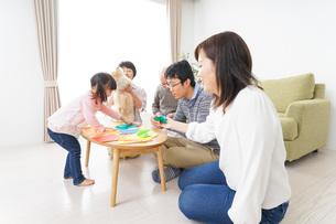 折り紙で遊ぶ子供と家族の写真素材 [FYI04704671]