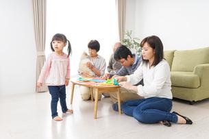 折り紙で遊ぶ子供と家族の写真素材 [FYI04704683]