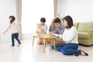 折り紙で遊ぶ子供と家族の写真素材 [FYI04704685]