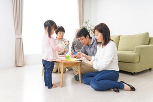 折り紙で遊ぶ子供と家族の写真素材 [FYI04704688]