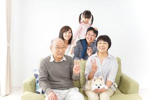 三世代 ファミリー 集合写真イメージの写真素材 [FYI04704710]