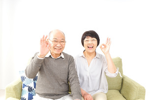 OKサインをするシニア夫婦の写真素材 [FYI04704716]