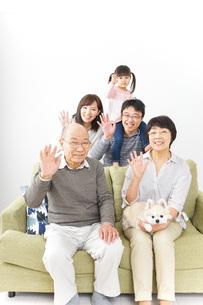 三世代 ファミリー 集合写真イメージの写真素材 [FYI04704727]