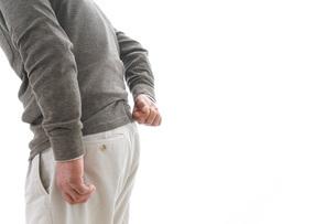 腰痛に苦しむシニア男性の写真素材 [FYI04704752]