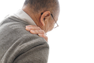 肩こりに苦しむシニア男性の写真素材 [FYI04704759]