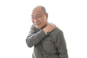 肩こりに苦しむシニア男性の写真素材 [FYI04704760]