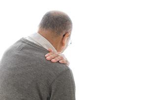 肩こりに苦しむシニア男性の写真素材 [FYI04704761]