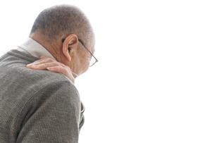 肩こりに苦しむシニア男性の写真素材 [FYI04704764]