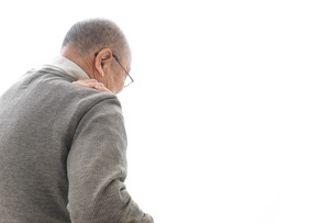肩こりに苦しむシニア男性の写真素材 [FYI04704765]