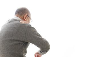 肩こりに苦しむシニア男性の写真素材 [FYI04704767]