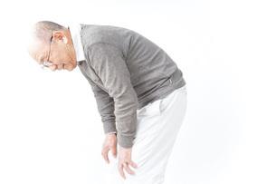膝の痛みに苦しむシニア男性の写真素材 [FYI04704770]