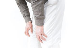 膝の痛みに苦しむシニア男性の写真素材 [FYI04704778]