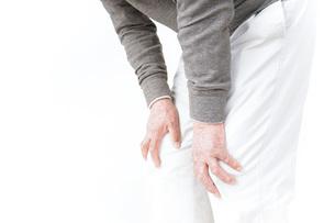 膝の痛みに苦しむシニア男性の写真素材 [FYI04704779]