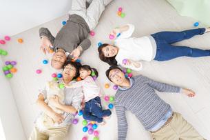 部屋で寝転ぶ三世代の家族の写真素材 [FYI04704795]