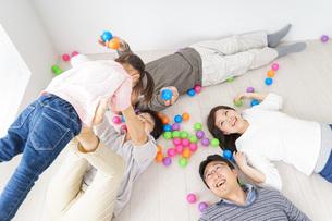 部屋で寝転ぶ三世代の家族の写真素材 [FYI04704797]