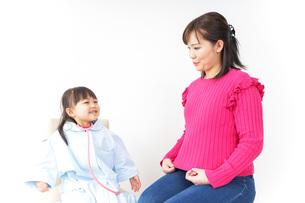 お母さんと子供ドクターの写真素材 [FYI04704815]