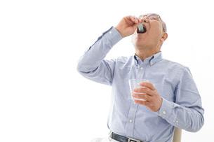 薬を飲む高齢男性の写真素材 [FYI04704823]
