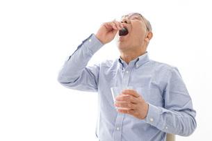 薬を飲む高齢男性の写真素材 [FYI04704824]