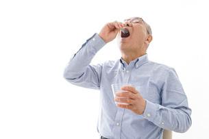 薬を飲む高齢男性の写真素材 [FYI04704825]