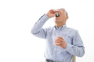 薬を飲む高齢男性の写真素材 [FYI04704826]