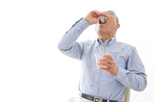薬を飲む高齢男性の写真素材 [FYI04704827]