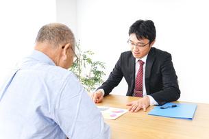 営業マンと高齢者の写真素材 [FYI04704828]