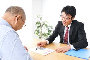 営業マンと高齢者の写真素材 [FYI04704829]