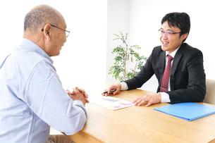 営業マンと高齢者の写真素材 [FYI04704830]