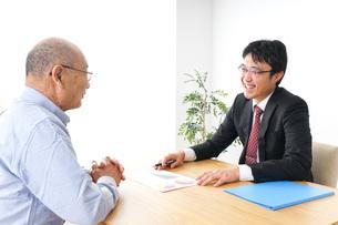 営業マンと高齢者の写真素材 [FYI04704831]