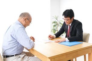 営業マンと高齢者の写真素材 [FYI04704833]
