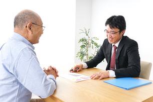 営業マンと高齢者の写真素材 [FYI04704836]