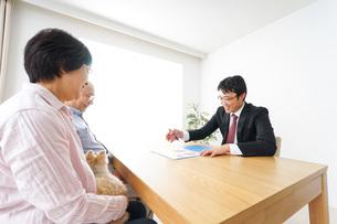 高齢者夫婦と営業マンの写真素材 [FYI04704839]