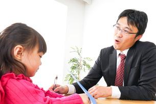 営業の男性と家族の写真素材 [FYI04704844]