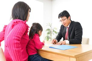 営業の男性と家族の写真素材 [FYI04704858]