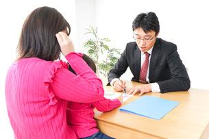 営業の男性と家族の写真素材 [FYI04704866]