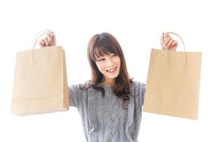 ショッピングをする女性の写真素材 [FYI04704876]