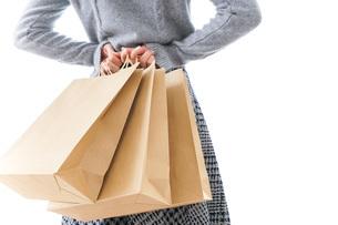ショッピングをする女性の写真素材 [FYI04704877]